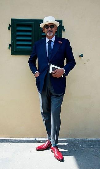 Comment porter: blazer bleu marine, chemise de ville bleu clair, pantalon de costume gris foncé, chaussures richelieu en cuir rouges