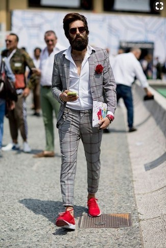 Comment porter: blazer écossais gris, chemise de ville blanche, pantalon de costume écossais gris, chaussures de sport rouges