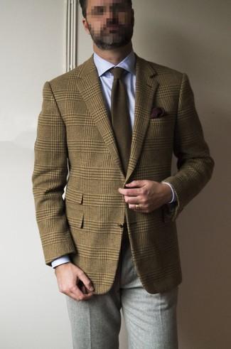 Comment porter: blazer en laine écossais marron, chemise de ville bleu clair, pantalon de costume en laine gris, cravate marron