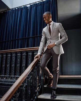 Comment porter: blazer gris, chemise de ville blanche, pantalon de costume marron foncé, double monks en cuir noirs