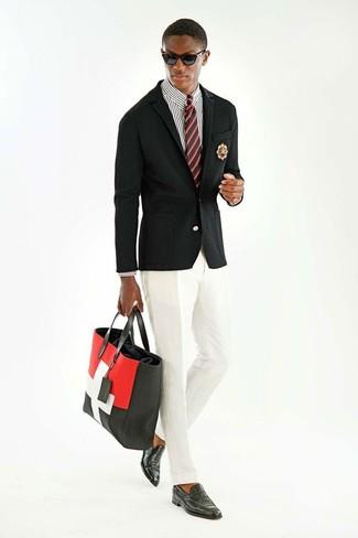 Comment porter: blazer noir, chemise de ville à rayures verticales blanche et noire, pantalon de costume blanc, slippers en cuir noirs
