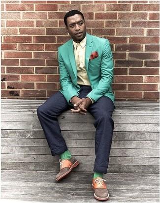 Comment porter: blazer vert menthe, chemise de ville jaune, pantalon de costume bleu marine, chaussures richelieu en toile marron