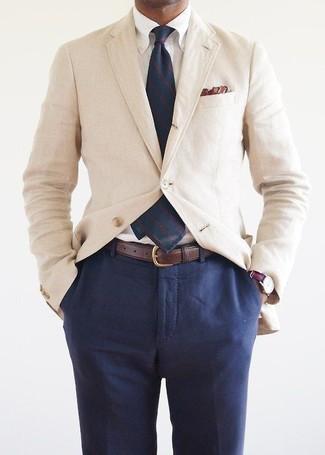 Comment porter: blazer en coton beige, chemise de ville blanche, pantalon de costume bleu marine, cravate à rayures verticales bleu marine