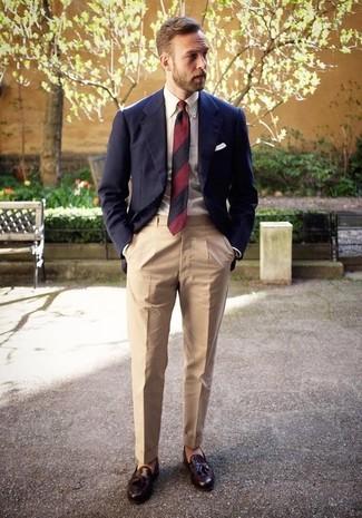 Comment porter: blazer bleu marine, chemise de ville blanche, pantalon de costume beige, mocassins à pampilles en cuir marron foncé
