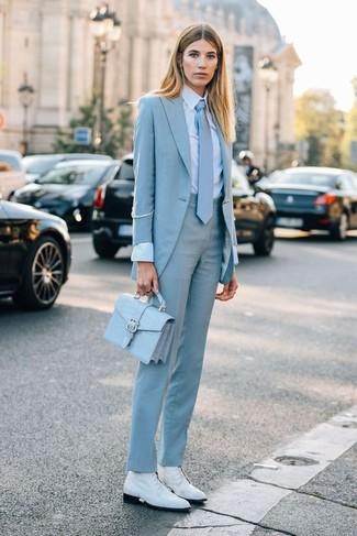 Comment porter une cravate: Associe un blazer bleu clair avec une cravate pour un look idéal le week-end. Cette tenue est parfait avec une paire de bottines plates à lacets en cuir blanches.