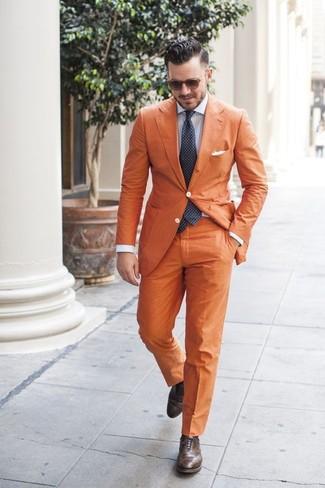 Comment porter: blazer orange, chemise de ville à rayures verticales bleu clair, pantalon de costume orange, chaussures brogues en cuir marron foncé