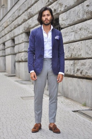Comment porter: blazer en coton bleu, chemise de ville blanche, pantalon de costume gris, mocassins à pampilles en daim marron