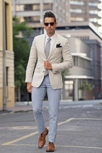 Comment porter: blazer beige, chemise de ville blanche, pantalon de costume bleu clair, chaussures brogues en cuir marron