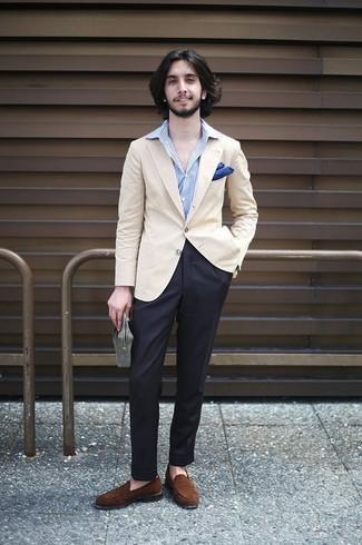 Comment porter: blazer beige, chemise de ville à rayures verticales bleu clair, pantalon de costume noir, slippers en daim marron