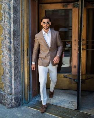 Comment porter: blazer marron, chemise de ville blanche, pantalon de costume blanc, chaussures bateau en daim marron
