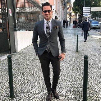 Comment porter: blazer gris foncé, chemise de ville blanche, pantalon de costume noir, chaussures brogues en cuir marron foncé