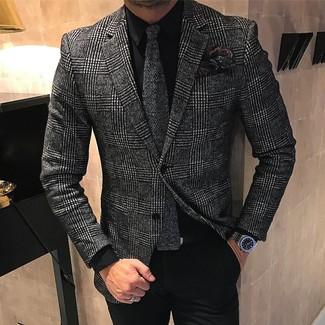 Comment porter: blazer en laine écossais gris foncé, chemise de ville noire, pantalon de costume noir, cravate en tricot gris foncé
