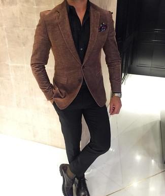 Comment porter: blazer en laine marron, chemise de ville noire, pantalon de costume noir, chaussures derby en cuir marron foncé