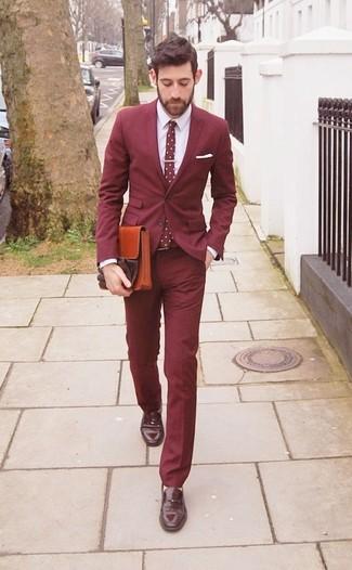 Comment porter: blazer bordeaux, chemise de ville blanche, pantalon de costume bordeaux, slippers en cuir marron foncé