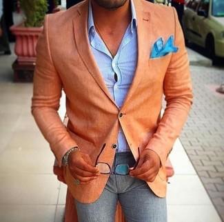 Comment porter: blazer orange, chemise de ville à rayures verticales bleu clair, pantalon de costume en laine gris, pochette de costume turquoise