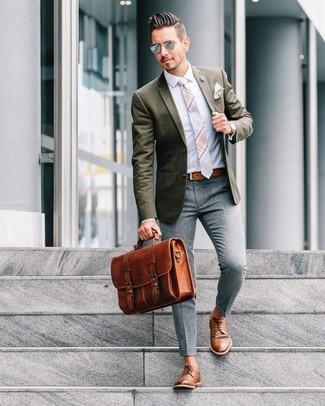 Comment porter: blazer olive, chemise de ville bleu clair, pantalon de costume en laine gris, chaussures derby en cuir marron