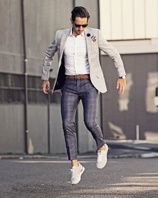 Comment porter: blazer à carreaux gris, chemise de ville blanche, pantalon de costume écossais bleu marine, baskets basses blanches