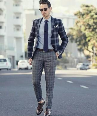 Comment porter: blazer en laine écossais bleu marine, chemise de ville grise, pantalon de costume en laine écossais gris, chaussures derby en cuir marron foncé