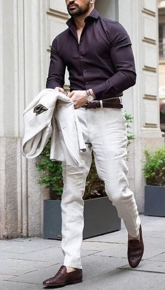 Comment porter: blazer en lin beige, chemise de ville marron foncé, pantalon de costume en lin beige, slippers en cuir marron foncé