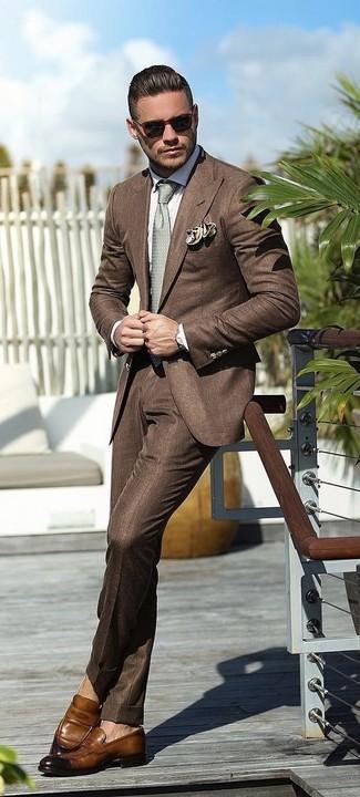 Comment porter: blazer marron, chemise de ville blanche, pantalon de costume marron, slippers en cuir marron