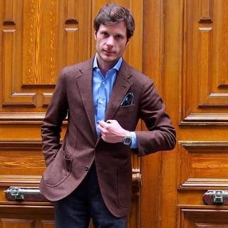 Comment porter: blazer en laine marron, chemise de ville bleue, pantalon de costume en laine gris foncé, pochette de costume imprimée cachemire bleu canard