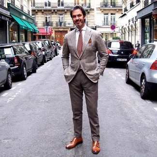 Comment porter: blazer écossais marron, chemise de ville blanche, pantalon de costume marron, double monks en cuir tabac