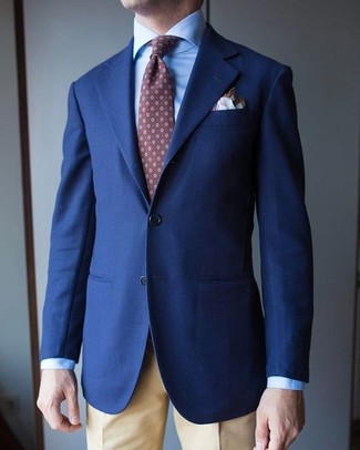 Comment porter: blazer bleu marine, chemise de ville bleu clair, pantalon de costume marron clair, cravate imprimée marron