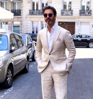 Comment porter: blazer en lin beige, chemise de ville blanche, pantalon de costume en lin beige, pochette de costume rouge
