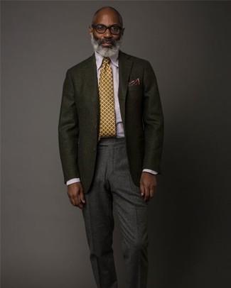 Comment porter: blazer en laine noir, chemise de ville violet clair, pantalon de costume en laine gris foncé, cravate moutarde