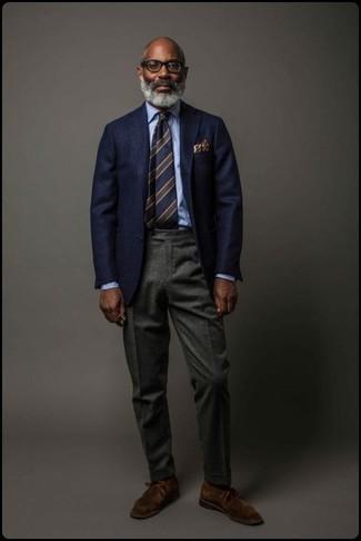 Comment porter: blazer en laine bleu marine, chemise de ville bleu clair, pantalon de costume en laine gris foncé, bottines chukka en daim marron foncé