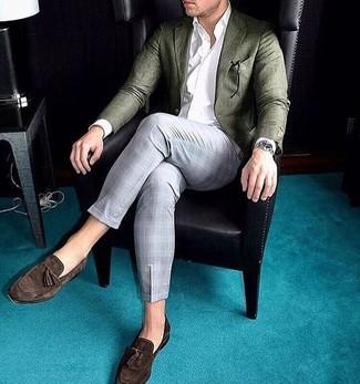 Comment porter: blazer en laine olive, chemise de ville blanche, pantalon de costume écossais gris, mocassins à pampilles en daim marron foncé