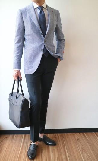 Comment porter une cravate en laine bleu marine: Pense à marier un blazer en laine bleu clair avec une cravate en laine bleu marine pour un look pointu et élégant. Jouez la carte décontractée pour les chaussures et opte pour une paire de des slippers en cuir noirs.