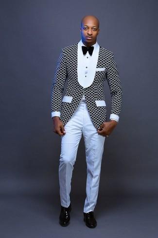 Comment porter: blazer noir et blanc, chemise de ville blanche, pantalon de costume blanc, chaussures richelieu en cuir noires