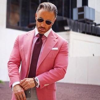 Comment porter: blazer fuchsia, chemise de ville à rayures verticales fuchsia, pantalon de costume gris, cravate á pois bordeaux