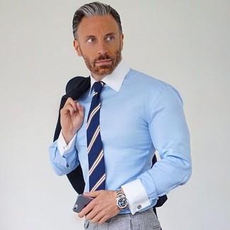 Comment porter: blazer noir, chemise de ville bleu clair, pantalon de costume à carreaux gris, cravate à rayures verticales bleu marine