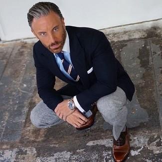 Comment porter: blazer noir, chemise de ville bleu clair, pantalon de costume à carreaux gris, chaussures richelieu en cuir marron