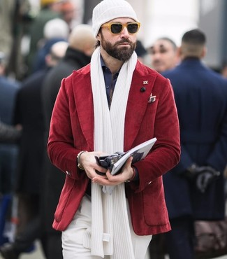 Comment porter: blazer en velours côtelé rouge, chemise de ville bleu marine, pantalon de costume blanc, bonnet blanc