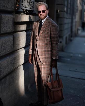 Comment porter: blazer en laine écossais marron, chemise de ville blanche, pantalon de costume en laine écossais marron, sac fourre-tout en cuir marron