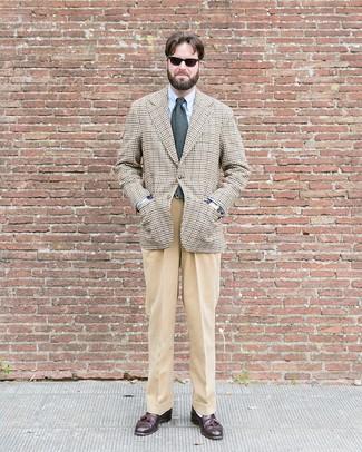 Comment porter une cravate en laine grise pour un style elégantes: Fais l'expérience d'un style élégant et raffiné avec un blazer en pied-de-poule beige et une cravate en laine grise. Une paire de des mocassins à pampilles en cuir marron foncé est une option avisé pour complèter cette tenue.