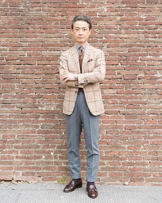 Comment porter: blazer en laine à carreaux beige, chemise de ville à rayures verticales blanche et noire, pantalon de costume en laine gris, mocassins à pampilles en cuir marron foncé