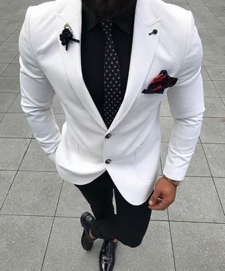 Comment porter: blazer blanc, chemise de ville noire, pantalon de costume noir, double monks en cuir noirs