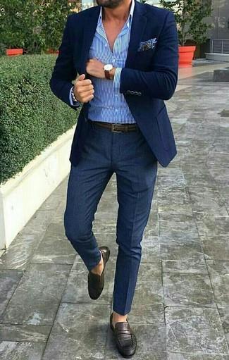 Comment porter une montre marron foncé: Porte un blazer bleu marine et une montre marron foncé pour une tenue idéale le week-end. Une paire de des slippers en cuir marron foncé rendra élégant même le plus décontracté des looks.