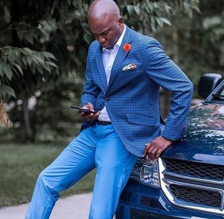 Comment porter: blazer à carreaux bleu, chemise de ville blanche, pantalon de costume bleu, pochette de costume imprimée orange