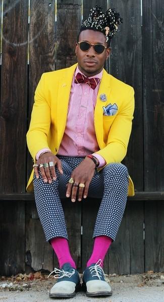 Comment porter: blazer jaune, chemise de ville à rayures verticales blanc et rouge, pantalon de costume á pois bleu marine et blanc, chaussures richelieu en daim bleu marine