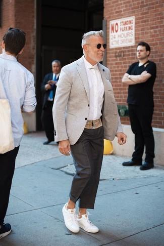 Comment porter: blazer gris, chemise de ville blanche, pantalon de costume noir, baskets basses en cuir blanches