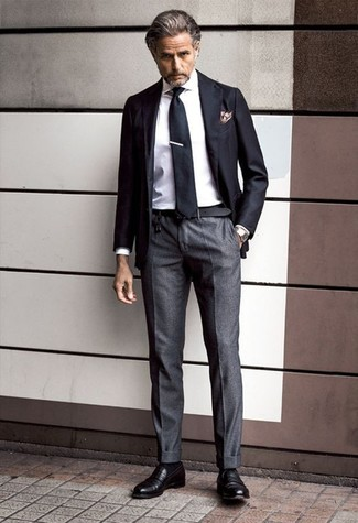 Comment porter: blazer noir, chemise de ville blanche, pantalon de costume gris foncé, slippers en cuir noirs