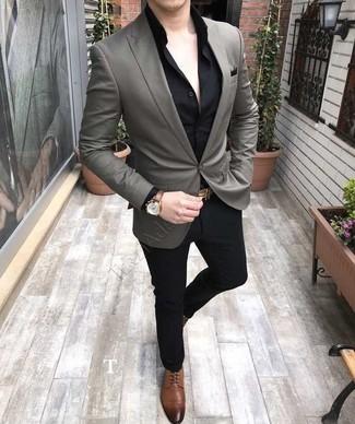 Comment porter: blazer gris, chemise de ville noire, pantalon de costume noir, chaussures derby en cuir marron