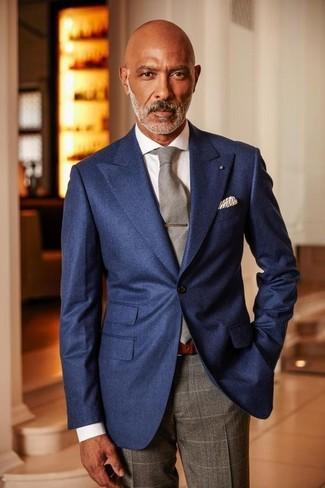 Comment porter: blazer bleu marine, chemise de ville blanche, pantalon de costume à carreaux gris, cravate grise