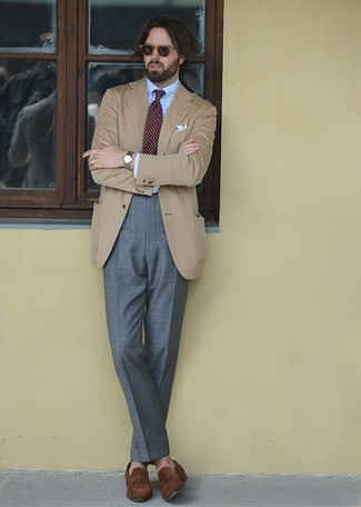 Comment porter: blazer marron clair, chemise de ville bleu clair, pantalon de costume gris, slippers en daim marron