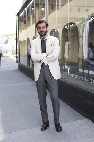 Comment porter: blazer blanc, chemise de ville à rayures verticales blanche et noire, pantalon de costume gris, mocassins à pampilles en cuir marron foncé